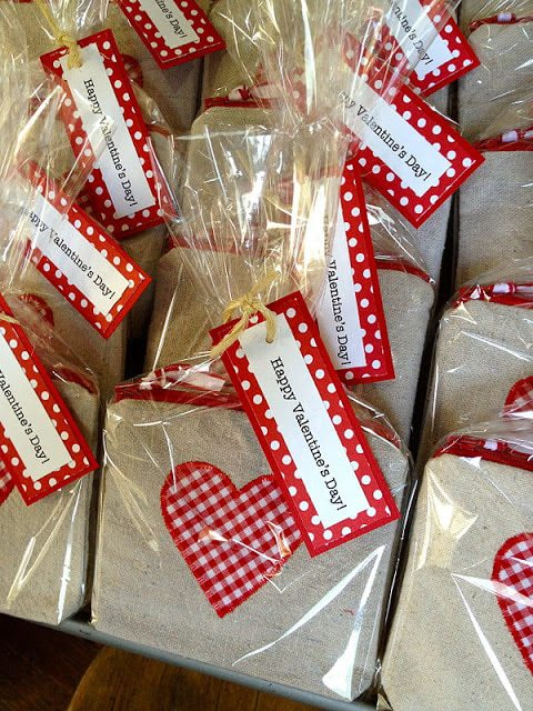 DIY canvas goody bags with zipper and heart for Valentine's Day