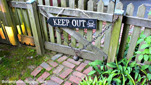 keep out directional sign on gate