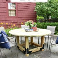 DIY Round Outdoor Dining Table with Outdoor Accents