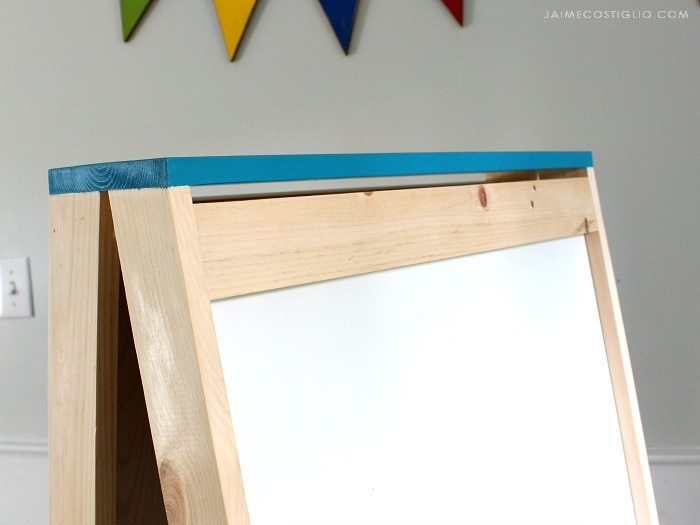 kids easel top detail