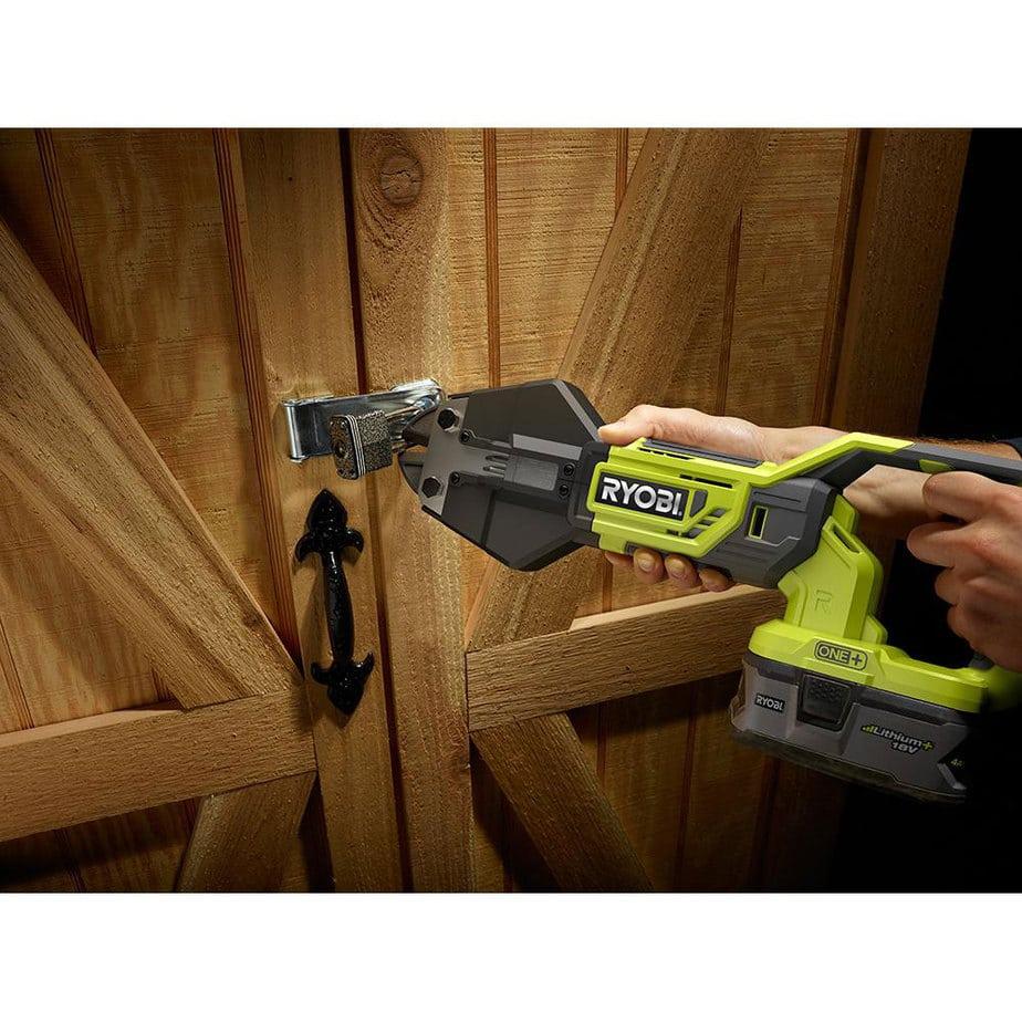 ryobi bolt cutter cuts a padlock