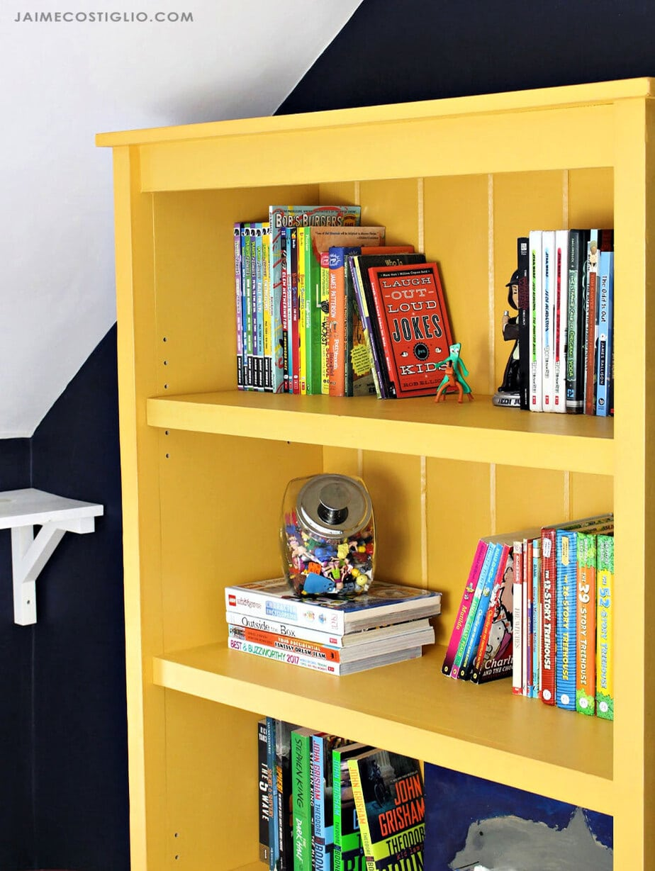 movable shelves in bookshelf